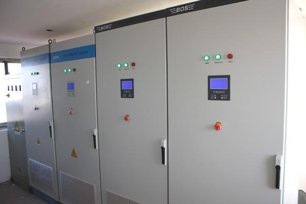 该电站系统的核心设备光伏并网逆变系统,采用我司9台50kw高效光伏并网