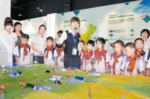 学生们在志愿者的带领下,认识了智能电网和清洁能源,感受了智能家居和图片