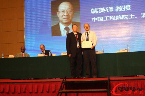 徐德鸿理事长为 韩英铎院士颁发科学技术奖杰出贡献奖