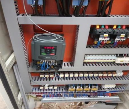 b)通过变频器端子排硬接线控制风机的启停