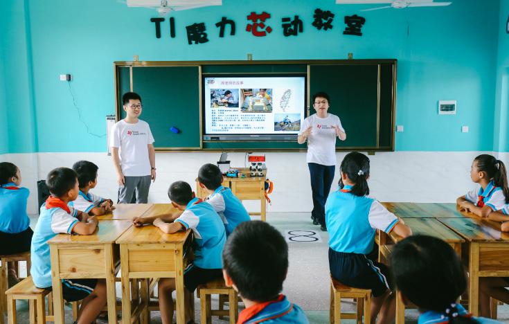 金秋九月。   印入眼帘的是一座4层崭新的教学楼,凤凰小学四个大字在阳光的照耀下显得更为夺目。孩子们穿着鲜艳的校服,在操场上追逐着试飞的无人机,欢呼声洒落整座校园。多媒体教室里,孩子们围绕着来在上课的志愿者老师,兴奋地聆听芯片和传感器的神奇。课后,老师与同学们一起在运动会上共同完成小有挑战的游戏赛,阵阵欢呼伴随着悦耳的加油声填满了操场。   这不是发生在城市里小学中的普通一天,环顾四周,这座崭新的教学楼和四周的绿色田园与民居共同构成了别样的景致。这里是被誉为吴楚咽喉的江西萍乡,事实上在几个月前,这里